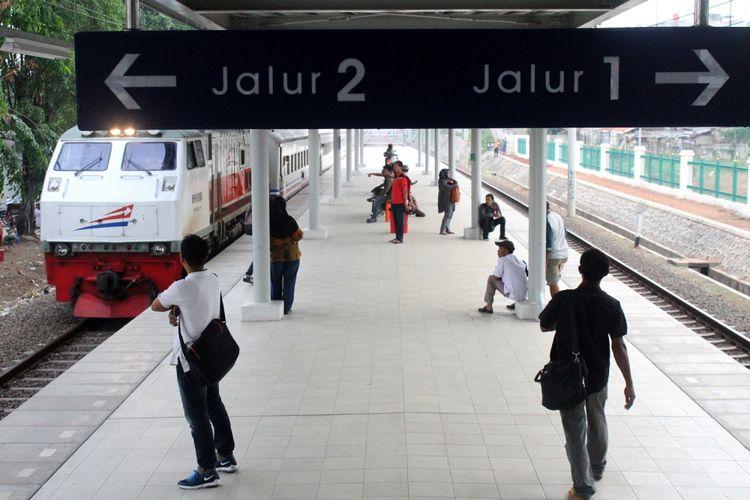 Calon penumpang menunggu kedatangan Kereta Rel Listrik di Stasiun Bekasi Timur, Bekasi, Jawa Barat, Senin (9/10). Setelah pengoperasian Kereta Rel Listrik lintas Bekasi-Cikarang, tercatat sekitar 1.600 penumpang melalui stasiun tersebut  dari pukul 05.00 hingga 10.00 WIB pada Senin (9/10). ANTARA FOTO/Risky Andrianto/pras/17