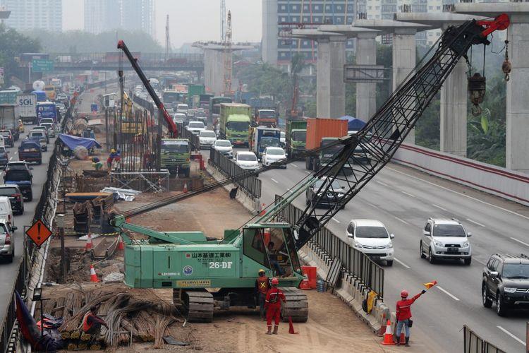 Pekerja mengerjakan pembangunan Jalan Tol layang Jakarta-Cikampek II, di ruas Jalan Tol Jakarta-Cikampek, di Bekasi, Jawa Barat, Senin (9/10). PT Jasa Marga berencana melakukan penutupan sebagian lajur Tol Jakarta-Cikampek arah Cikampek di sekitar Kilometer 46 mulai Senin (9/10) malam, pada pukul 23.00 hingga 05.00 Wib karena akan ada pemasangan Pier Head jembatan layang proyek pembangunan tol layang Jakarta-Cikampek II (elevated toll). ANTARA FOTO/Risky Andrianto/ama/17
