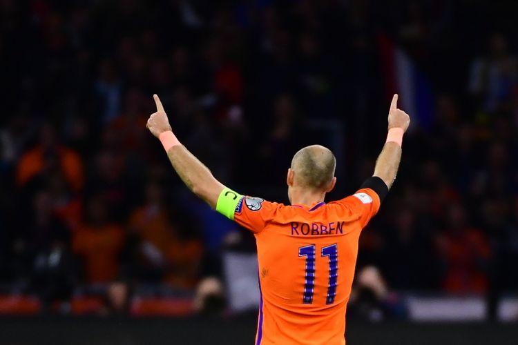Pemain sayap timnas Belanda, Arjen Robben (11), mencetak gol penalti ke gawang Swedia pada babak pertama partai Kualifikasi Piala Dunia 2018 zona Eropa di Amsterdam Arena, Rabu (11/10/2017).
