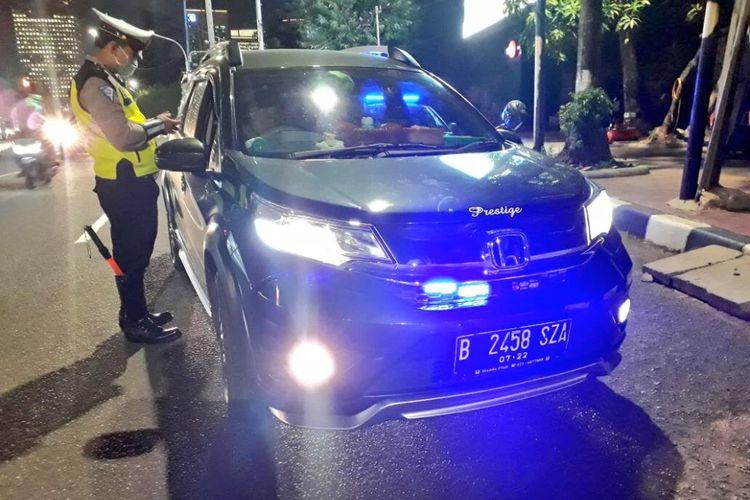 Kepolisian melakukan razia penyalahgunaan lampu isyarat seperti rotator, strobo dan sirine