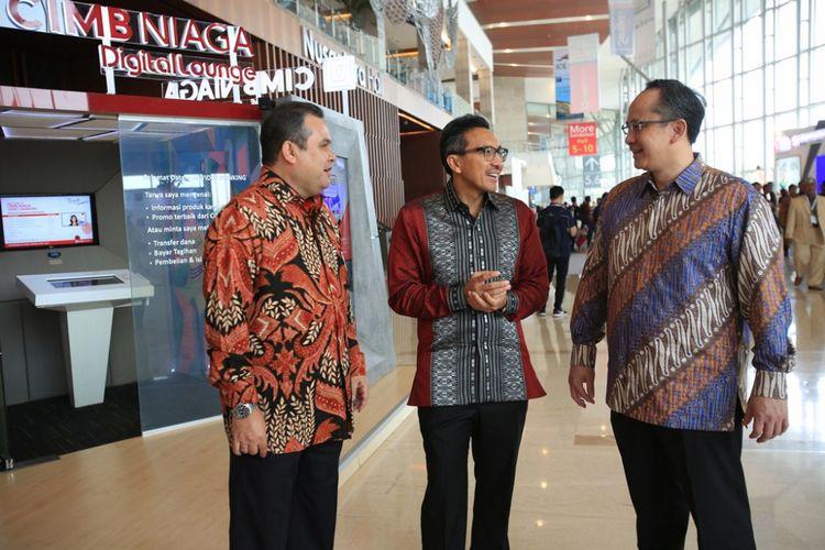 Presiden Direktur CIMB Niaga Tigor M. Siahaan (tengah) berbincang dengan Direktur Business Banking CIMB Niaga Rahardja Alimhamzah (kanan) dan Direktur Syariah Banking CIMB Niaga Pandji P. Djajanegara (kiri) usai pembukaan Trade Expo Indonesia 2017 di ICE BSD, Tangerang Selatan, Rabu (11/10/2017)