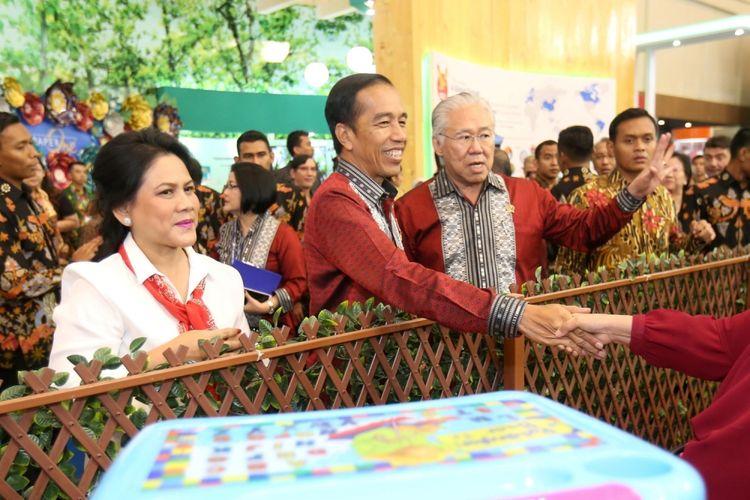Presiden Republik Indonesia Joko Widodo (kedua dari kiri) bersama istrinya Iriana Widodo (kiri) dan Menteri Perdagangan (Mendag) Enggartiasto Lukita (ketiga dari kiri) meninjau acara Trade Expo Indonesia (TEI) 2017 di Indonesia Convention Exhibition (ICE), Serpong, Tangerang, Banten,  Rabu  (11/10/1017). TEI merupakan pameran dagang terbesar di Indonesia yang akan berlangsung selama lima hari hingga 15 Oktober mendatang.