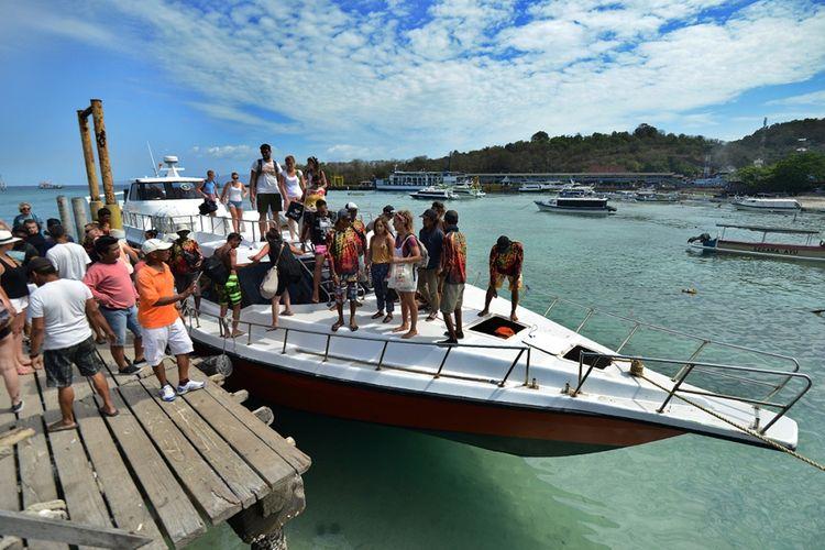 Wisatawan mancanegara tiba dengan kapal cepat di Pelabuhan Padangbai, Kabupaten Karangasem, Bali, Selasa (3/10/2017). Status Gunung Agung yang mengalami peningkatan dari level III (Siaga) menjadi level IV (Awas) tak berdampak signifikan terhadap kunjungan sejumlah destinasi wisata di Bali yang tetap ramai pengunjung.