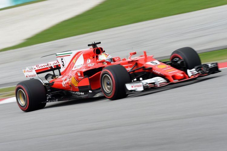 Pebalap Ferrari asal Jerman Sebastian Vettel melaju dalam sesi latihan ketiga Formula One Grand Prix di Sirkuit Sepang, Malaysia, Sabtu (30/9/2017). Kemarin, pebalap Ferrari menjadi yang tercepat dalam sesi latihan kedua, meskipun terjadi insiden kecelakaan pebalap tim Haas Romain Grosjean yang menyebabkan sesi latihan tidak bisa dilanjutkan lagi meski masih tersisa 15 menit.