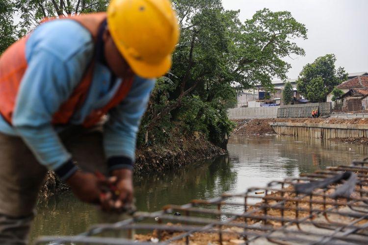 Pekerja menyelesaikan proyek normalisasi Sungai Ciliwung di kawasan Bukit Duri, Jakarta, Selasa (26/9/2017). Proyek di kawasan itu memasuki tahap pemasangan dinding turap untuk menguatkan bantaran agar tidak longsor sekaligus sebagai salah satu antisipasi banjir.