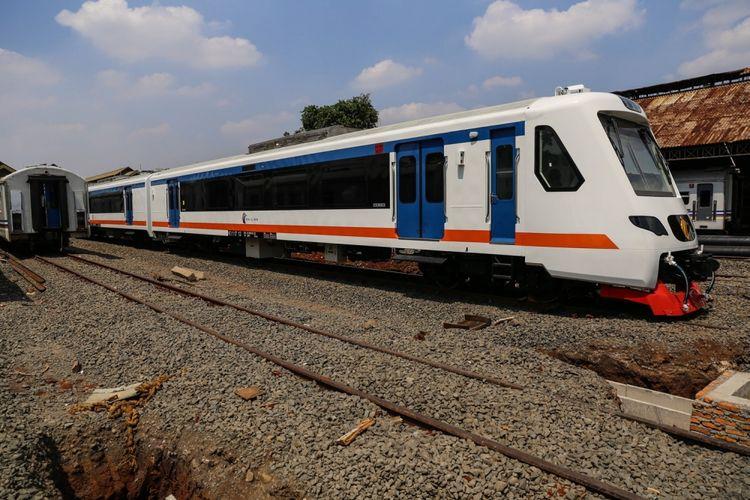 Satu rangkaian kereta Bandara Soekarno-Hatta (Soetta) buatan PT Industri Kereta Api (INKA) terlihat di Balai Yasa, Manggarai, Jakarta, Senin (18/9/2017). Total ada sepuluh train set Kereta Bandara Soekarno-Hatta akan tiba di Balai Yasa Manggarai pada bulan Oktober dan ditargetkan akan beroperasi pada September 2017.