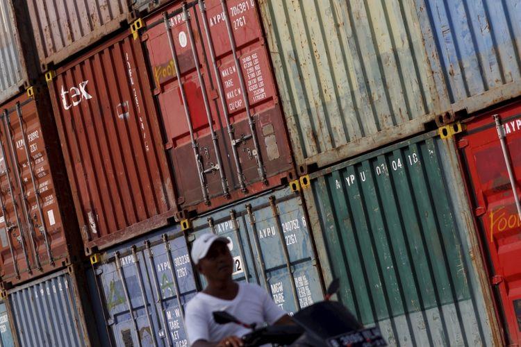 Buruh melintasi kontainer di kawasan Pelabuhan Sunda Kelapa, Jakarta, Rabu (13/9/2017).