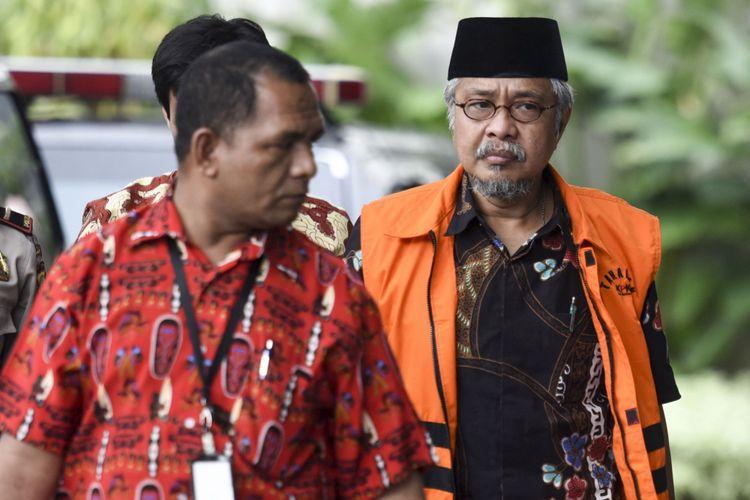 Gubernur Sulawesi Tenggara nonaktif Nur Alam (kanan) bersiap menjalani pemeriksaan di gedung KPK, Jakarta, Kamis (12/10). KPK melakukan pemeriksaan lanjutan terhadap Nur Alam sebagai tersangka kasus korupsi penyalahgunaan kewenangan dalam persetujuan dan penerbitan izin usaha pertambangan (IUP) di wilayah Sulawesi Tenggara pada 2008-2014. ANTARA FOTO/Hafidz Mubarak A/pras/17