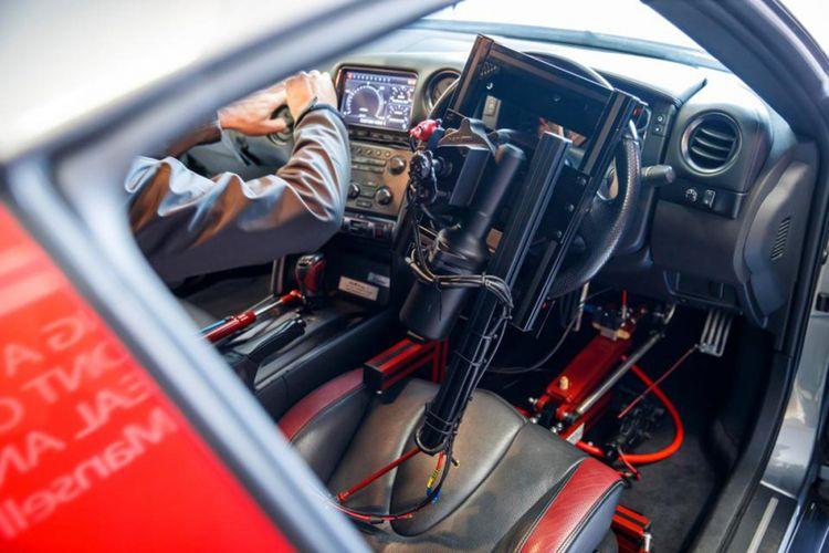 Mobil dipasangi robot-robot pengendali utnuk kontrol dari jarah jauh.