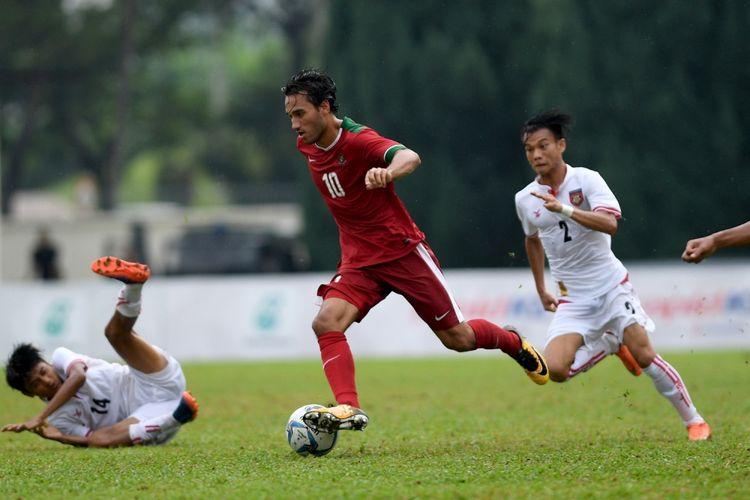 Pesepak bola Timnas U-22 Indonesia Ezra Walian (tengah) menggiring bola melewati dua pesepak bola Timnas U-22 Myanmar Yan Naing Oo (kiri) dan Nan Wai Min (kanan) pada laga perebutan medali perunggu sepak bola SEA Games XXIX di Stadion Majlis Perbandaran Selayang, Kuala Lumpur, Malaysia, Selasa (29/8/2017). Timnas sepak bola U-22 Indonesia menyumbang medali perunggu setelah menang 3-1 atas Myanmar.