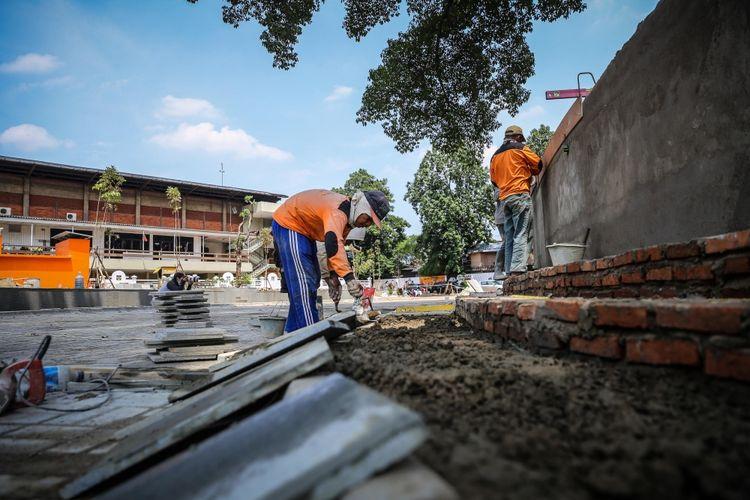 Pekerja menyelesaikan pembangunan revitalisasi Taman Ismail Marzuki (TIM) di Cikini, Jakarta Pusat, Jumat (13/10/2017). Sehari sebelumnya, Gubernur DKI Jakarta Djarot Saiful Hidayat telah meresmikan revitalisasi TIM yang bertujuan untuk membantu kegiatan-kegiatan kebudayaan yang ada di tempat itu.