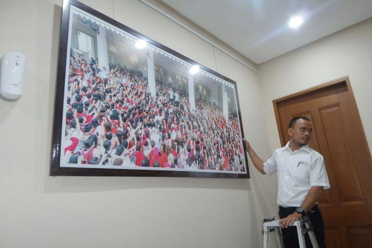 Foto-foto di ruang kerja Gubernur DKI Jakarta Djarot Saiful Hidayat akan dipondahkan di ujung masa jabatannya, Jumat (13/10/2017).