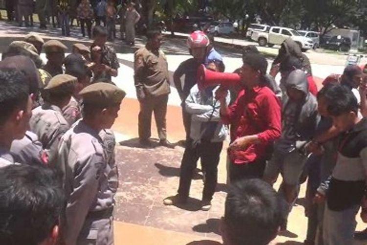 Puluhan mahasiswa yang memprotes peredaran pupuk subsidi yang diduga palsu menghamburkan puluhan karung pupuk jenis NPKL di halaman kantor Gubernur Sulbar.