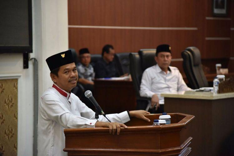 Bupati Purwakarta Dedi Mulyadi saat mengikuti Rapat Paripurna Pembahasan LKPJ masa jabatan 2013-2018, sekaligus berpamitan di akhir masa jabatannya di Gedung DPRD Kabupaten Purwakarta, Jumat (14/10/2017).