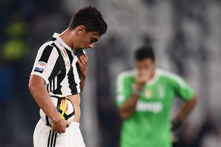 Paulo Dybala meratapi kekalahan Juventus dari Lazio pada partai Serie A, kasta pertama Liga Italia, di Stadion Allianz, Sabtu (14/10/2017).