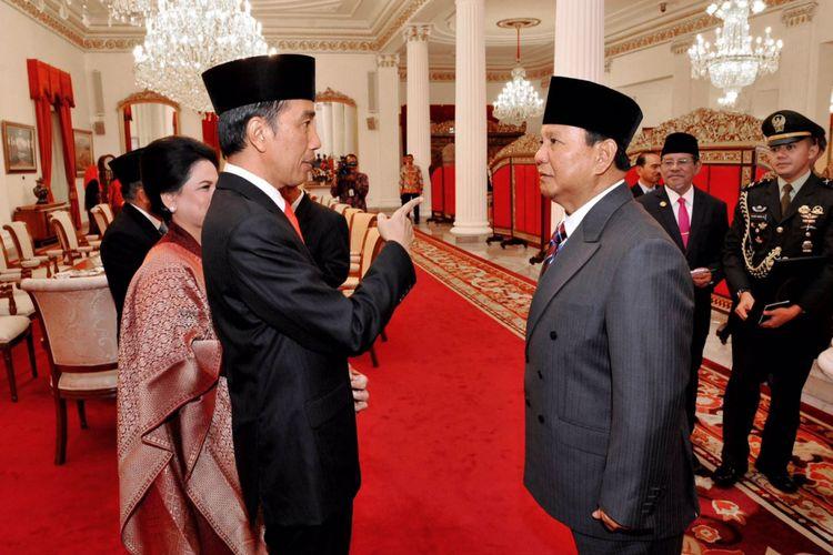 Presiden Joko Widodo berbincang dengan Ketua Umum Partai Gerindra Prabowo Subianto di Istana Negara, Jakarta, Senin (16/10/2017).