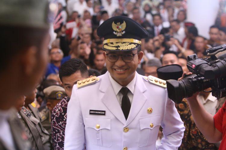 Gubernur DKI Jakarta terpilih Anies Baswedan tiba di Balai Kota DKI Jakarta untuk melakukan serah terima jabatan (sertijab), Senin (16/10/2017). Anies Baswedan dan Sandiaga Uno menjabat Gubernur DKI Jakarta dan Wakil Gubernur DKI Jakarta untuk periode 2017-2022.