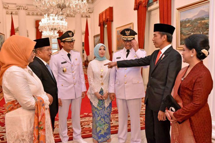Presiden Joko Widodo berbincang dengan Ketua Umum Gerindra Prabowo Subianto serta Gubernur dan Wakil Gubernur DKI Jakarta Anies Baswedan dan Sandiaga Uno di Istana Negara, Senin (16/10/2017).