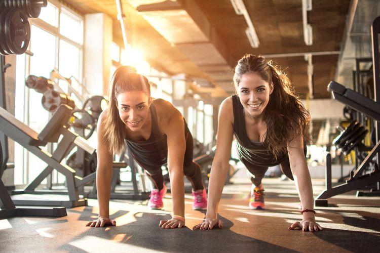 Ilustrasi dua perempuan berolahraga di gym