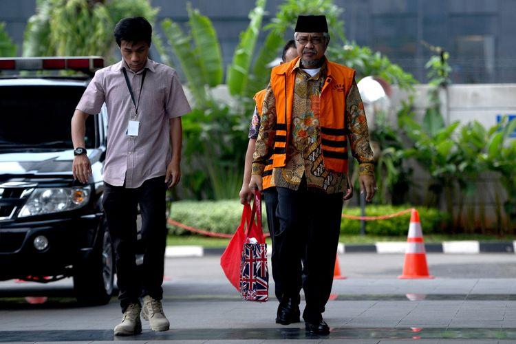 Gubernur nonaktif Sulawesi Tenggara Nur Alam (kanan) tiba untuk menjalani pemeriksaan di gedung KPK, Jakarta, Kamis (19/10). KPK melakukan pemeriksaan lanjutan terhadap Nur Alam sebagai tersangka kasus korupsi penyalahgunaan kewenangan dalam persetujuan dan penerbitan izin usaha pertambangan (IUP) di wilayah Sulawesi Tenggara pada 2008-2014. ANTARA FOTO/Sigid Kurniawan/aww/17.