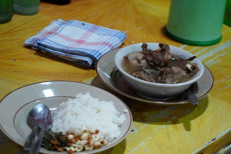 Seporsi sayur becek disajikan di Warung makan Putra 45 di jalan Jenderal Sudirman, Kota Purwodadi, Grobogan, Jumat (20/10/2017).