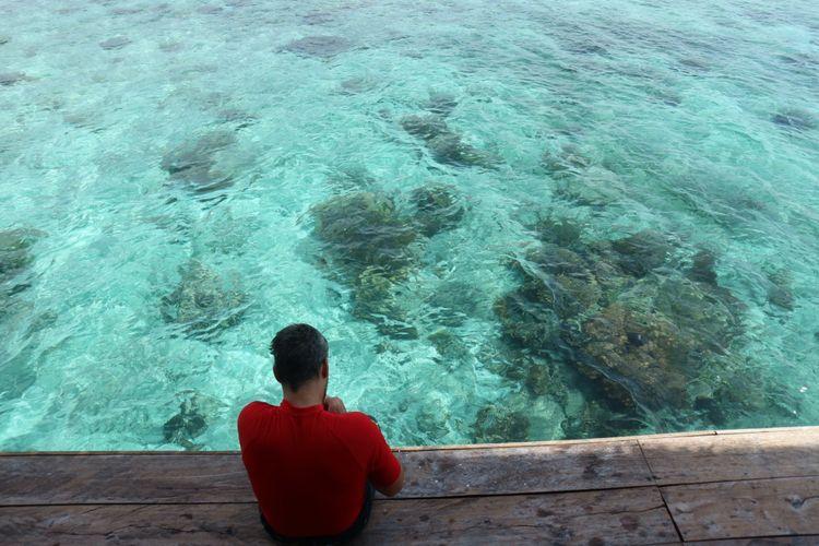 Wisatwan asing sedang menunggu giliran melihat pari manta di pos jaga Manta Sandy, Kamis (19/10/2017). Di sini ada pembatasan kuota wisatawan dan kapal yang bersandar untuk melihat manta, demi menjaga kelangsungan hidup hewan tersebut.