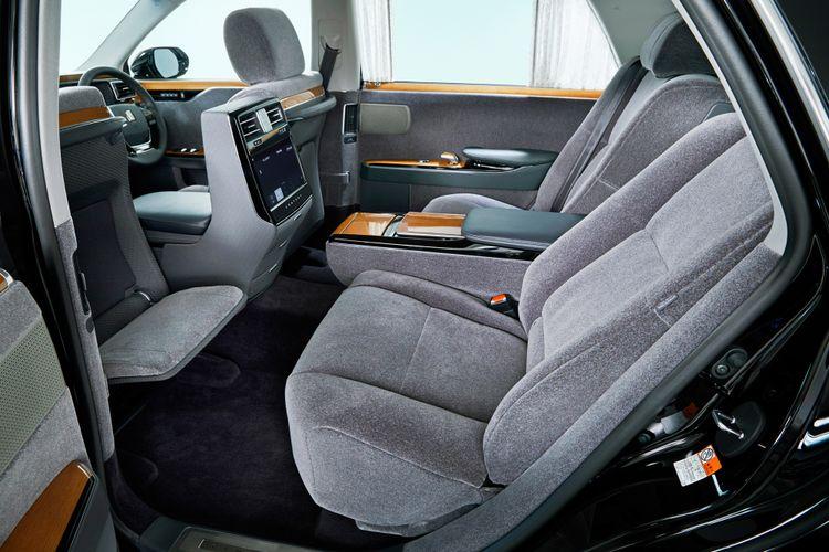 Ruang kabin Toyota Century lapang dan nyaman