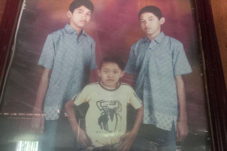 (Tengah) Ganang Yudho Putra Duri (17), wargaDesa Panunggalan, Kecamatan Pulokulon, Kabupaten Grobogan, Jawa Tengahsejak kecil perutnya membuncit.