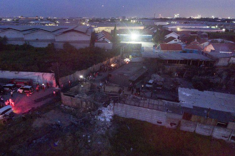 Petugas kepolisian Polda Metro Jaya berada di lokasi pabrik petasan yang terbakar di Kosambi, Tangerang, Banten, Kamis (26/10/2017). Kebakaran yang diduga akibat dari ledakan salah satu tempat pembuatan kembang api itu menewaskan setidaknya 47 orang karyawan dan puluhan lainnya terluka bakar.