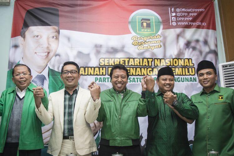 Ketua Umum PPP Romahurmuziy (tengah), Wali Kota Bandung Ridwan Kamil (kedua kiri), Bupati Tasikmalaya Uu Ruzhanul Ulum (kedua kanan), Waketum PPP Arwani Thomafi (kanan), dan Sekjen PPP Arsul Sani (kiri) bergandeng tangan bersama sebelum memberikan keterangan pers mengenai pengumuman calon Gubernur dan Wakil Gubernur Jawa Barat, di kantor DPP PPP, Tebet, Jakarta, Selasa (24/10). PPP resmi mengusung Wali Kota Bandung Ridwan Kamil sebagai calon Gubernur dan Bupati Tasikmalaya Uu Ruzhanul Ulum sebagai calon Wakil Gubernur untuk bertarung dalam Pilkada Jawa Barat pada 2018 mendatang. ANTARA FOTO/Aprillio Akbar/kye/17.