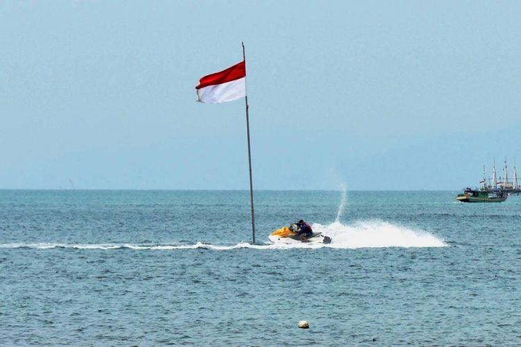 Pengunjung bermain jet ski di Pantai Beach Club, Tanjung Lesung, Pandeglang, Banten, Minggu (24/9/2017). Segala keindahan dari Tanjung Lesung membuat pemerintah menetapkan kawasan tersebut menjadi Kawasan Ekonomi Khusus (KEK) Pariwisata di Provinsi Banten.