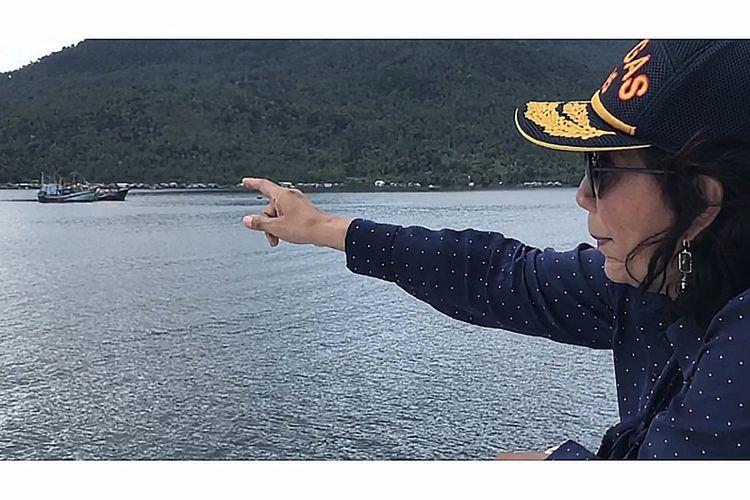 Menteri Kelautan dan Perikanan Susi Pudjiastuti saat memimpin penenggelaman 33 kapal asing pencuri ikan di perairan Selat Lampa, Kabupaten Natuna, Kepulauan Riau, Minggu (29/10/2017). Di sela-sela kunjungan kerja dan memimpin penenggelaman kapal di Natuna, Menteri Susi melakukan piknik mendadak di Pantai Sindu, salah satu pantai berbatu raksasa di Pulau Ranai.