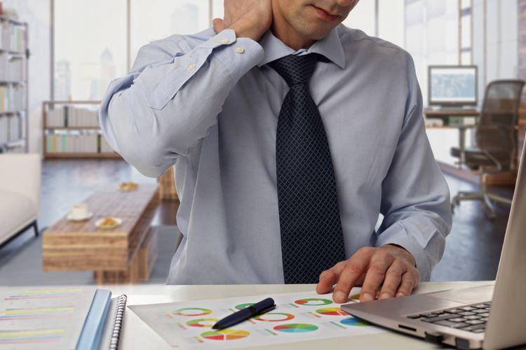 Ilustrasi sakit leher saat bekerja