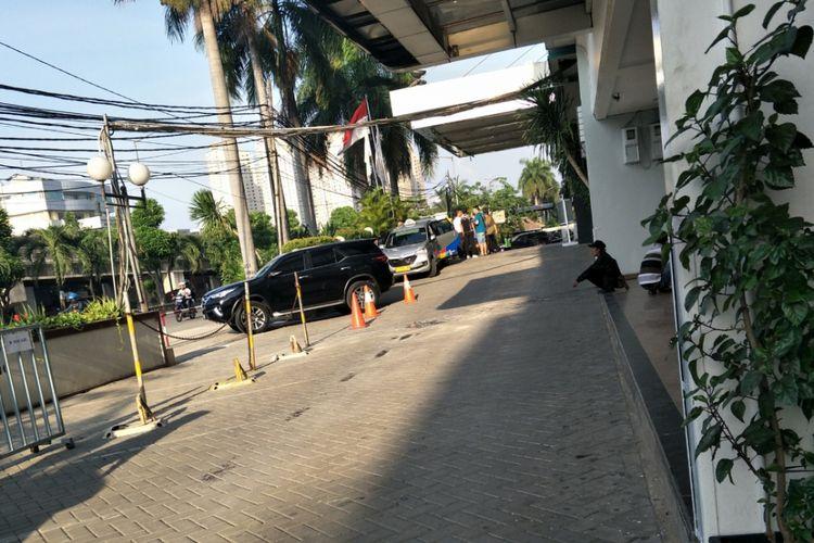 Sejumlah pengunjung masih tampak keluar masuk di Hotel Alexis pasca diberhentikannya izin operasinya oleh Pemprov DKI, Senin (30/10/2017) sore.