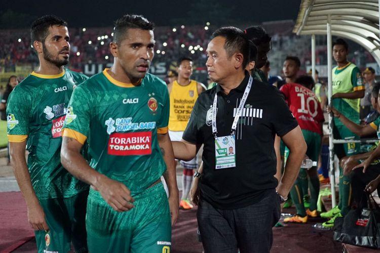 Manager Sriwijaya FC, Ucok Hidayat, memberikan suntikan moril kepada Beto dan Tijani serta pemain Sriwijaya lainnya usai kalah dari Bali United dalam lanjutan Liga 1, Senin (30/10/2017).