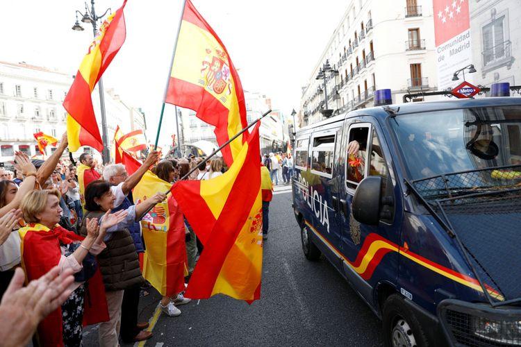 Demonstran mengibarkan bendera Spanyol dan mendukung polisi dalam aksi demonstrasi mendukung Spanyol bersatu di hari referendum kemerdekaan yang dilarang di Catalonia, Madrid, Spanyol, Minggu (1/10/2017).