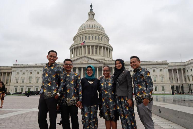 Beberapa orang yang mengikuti program YSEALI berfoto bersama. Sebanyak 31 fellow dari seluruh negara ASEAN dari ratusan pelamar terpilih untuk mengikuti program YSEALI Professional Fellow 2017 di Amerika Serikat. YSEALI yang merupakan kepanjangan dari Young Southeast Asian Leader?s Initiatives ini sudah memiliki jejaring anak muda yang sangat besar di seluruh dunia.