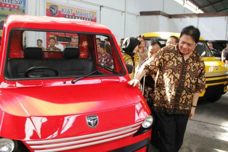 Menteri Perindustrian Airlangga Hartarto melihat prototipe kendaraan perdesaan yang diberi nama Moda Angkutan Hemat Pedesaan (Mahesa) Nusantara, produksi Bengkel Kiat Motor di Klaten, Jawa Tengah, Jumat (3 /11/2017).