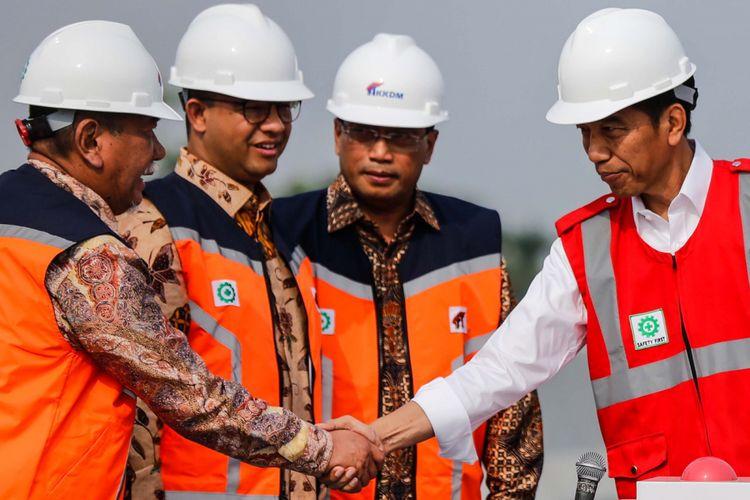 Presiden Joko Widodo berjabat tangan dengan Wakil Gubernur Jawa Barat Deddy Mizwar saat peresmian Tol Bekasi-Cawang-Kampung Melayu (Becakayu) di kawasan Jakasampurna, Bekasi, Jawa Barat, Jumat (3/11/2017). Presiden Joko Widodo meresmikan ruas jalan tol yakni Seksi 1B dan 1C sepanjang 8,26 kilometer yang terbentang dari Cipinang Melayu-Pangkalan Jati-Jakasampurna.