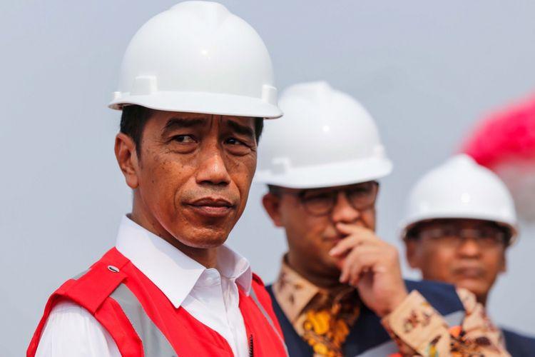 Presiden Joko Widodo didampingi Gubernur DKI Jakarta Anies Baswedan saat peresmian Tol Bekasi-Cawang-Kampung Melayu (Becakayu) di kawasan Jakasampurna, Bekasi, Jawa Barat, Jumat (3/11/2017). Presiden Joko Widodo meresmikan ruas jalan tol yakni Seksi 1B dan 1C sepanjang 8,26 kilometer yang terbentang dari Cipinang Melayu-Pangkalan Jati-Jakasampurna.