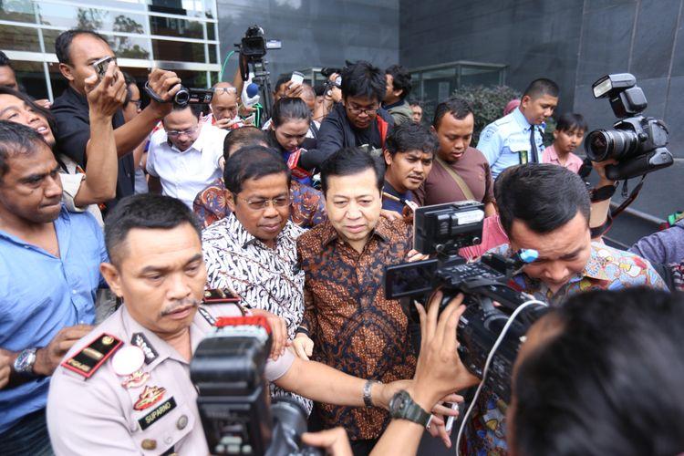 Ketua DPR Setya Novanto meninggalkan ruang persidangan usai bersaksi di persidangan kasus dugaan korupsi e-KTP, di Pengadilan Tipikor Jakarta, Jumat (3/11/2017). Hari ini, Novanto hadir menjadi saksi untuk terdakwa pengusaha Andi Agustinus alias Andi Narogong