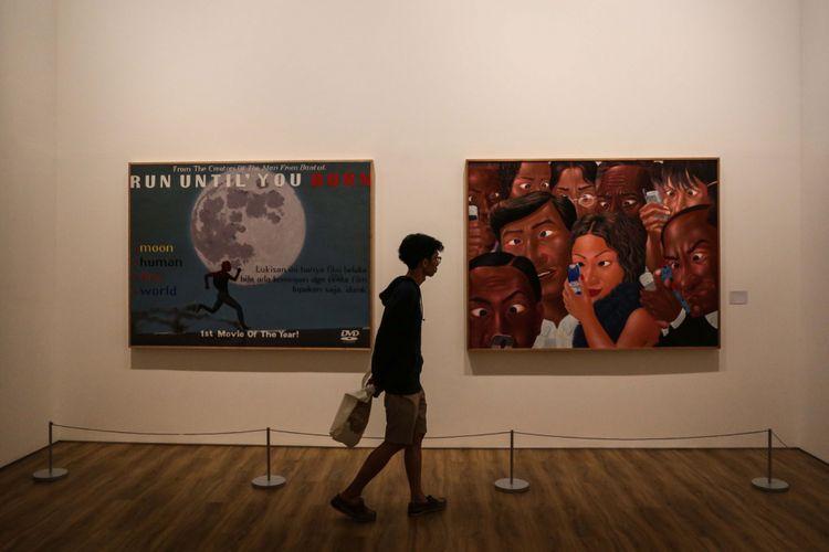Pengunjung melihat lukisan dalam pameran bertajuk ART TURNS. WORLD TURNS. di Museum of Modern and Contemporary Art in Nusantara (MACAN), Kebon Jeruk, Jakarta Barat, Sabtu (4/11/2017). Pameran ini menampilkan 90 karya seni dari 800 koleksi Haryanto Adikoesomo mulai dari seni rupa modern Indonesia hingga seni modern dan kontemporer dari seluruh dunia. Pameran terbuka untuk umum pada 4 November 2017 hingga 18 Maret 2018. KOMPAS.com/GARRY ANDREW LOTULUNG
