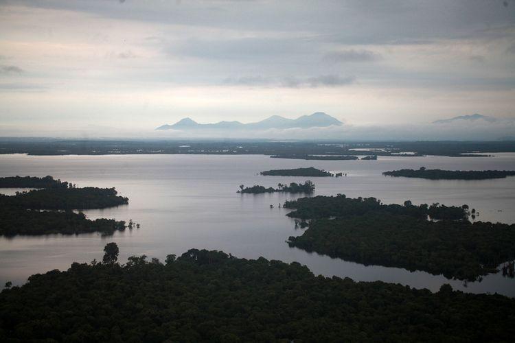 Panorama Taman Nasional Danau Sentarum dari puncak Bukit Tekenang di Kecamatan Selimbau, Kabupaten Kapuas Hulu, Kalimantan Barat.