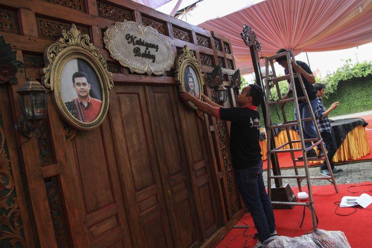 Petugas memasang foto putri Presiden Joko Widodo, Kahiyang Ayu (kanan) dengan Bobby Nasution (kiri) saat menyelesaikan dekorasi pernikahannya di Gedung Graha Saba, Solo, Jawa Tengah, Senin (6/11/2017).  Resepsi pernikahan Kahiyang Ayu-Bobby Nasution akan berlangsung pada 8 November 2017 di Graha Saba, Solo.
