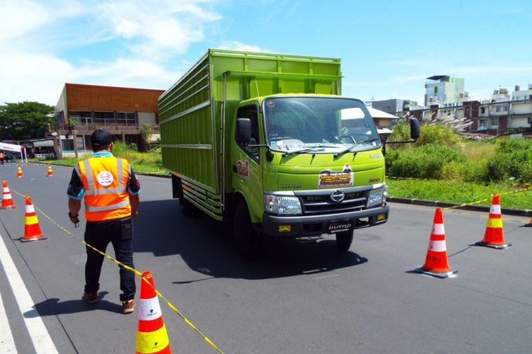 Hino Motor Sales Indonesia (HMSI) menggelar kampanye keselamatan berkendara dengan acara Dutro Safety Driving Competition 2017 di Manado.
