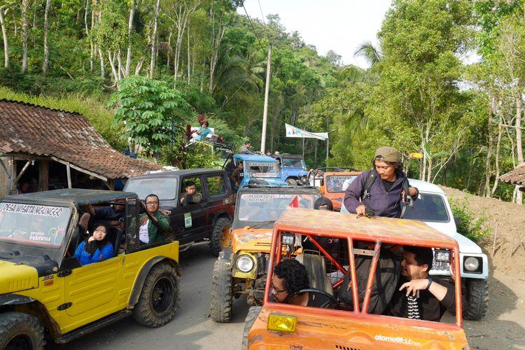 Menelusuri Desa Wisata Nglinggo menggunakan jeep di Jalur Bedah Menoreh, Kabupaten Kulon Progo, Yogyakarta, Sabtu (4/11/2017).