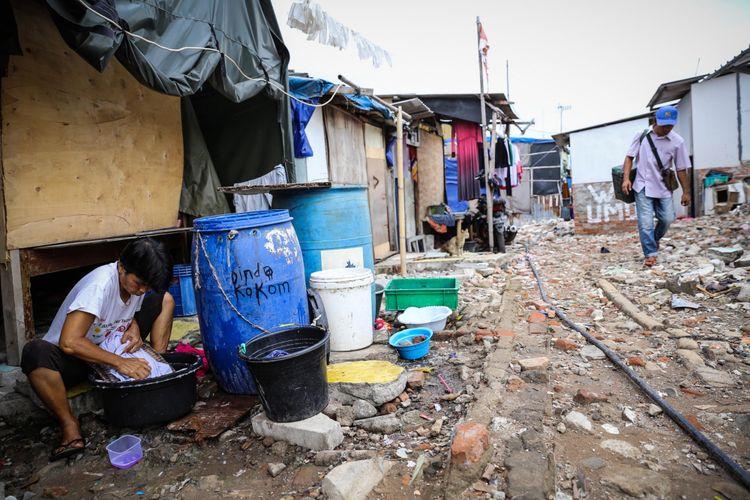 Aktivitas warga di rumah semi-permanen di Kampung Akuarium, Jakarta Utara, Selasa (7/11/2017). Kawasan yang dihuni sekitar 160 KK ini kembali jadi perbincangan setelah Gubernur Anies Baswedan merencanakan Kampung Akuarium sebagai proyek percontohan pertama pembangunan rumah berlapis di Jakarta.