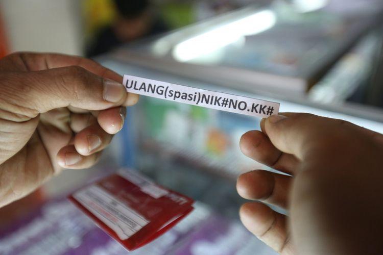 Seorang warga terlihat sedang registrasi SIM card miliknya di salah satu gerai di kawasan Bumi Serpong Damai, Tangerang, Banten, Selasa (7/11/2017). Pemerintah mewajibkan registrasi ulang SIM card bagi para pengguna telepon seluler hingga 28 Februari 2018 dengan memakai nomor NIK dan kartu keluarga (KK).