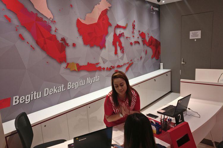 Farizah, Team leader di GraPari Telkomsel di Singapura sedang melayani seorang pelanggan.