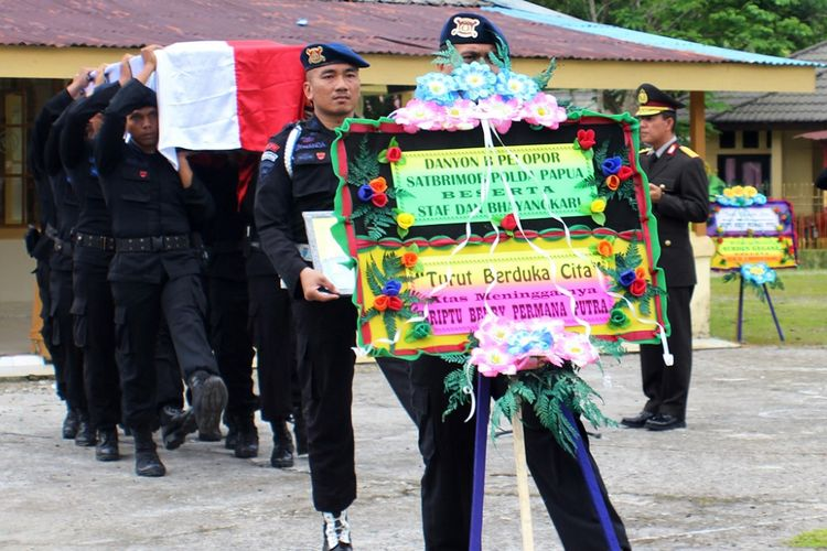 Sejumlah anggota Satuan Brimob Batalyon B Pelopor Polda Papua menandu peti yang berisi jenazah Briptu Berry Permana Putra, di Markas Komando Satuan Brimob Batalyon B Pelopor, Mimika, Papua, Senin (23/10). Briptu Berry Permana Putra tewas tertembak oleh Kelompok Kriminal Bersenjata (KKB) saat baku tembak di Kalibua, Kampung Utikini, Distrik Tembagapura, Minggu (22/10). Jenazah selanjutnya diterbangkan ke Bengkulu untuk dikebumikan. ANTARA FOTO/Julian/sp/wsj/ama/17.